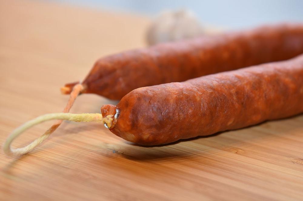 Chorizo a la sidra Ingredienser: 1 ss Olje (oliven) 1 Løk (liten) 1 ½ ss Paprikapulver 1 dl Eplesider (4.5 %) ¾ dl Buljong (Kylling) 1 Laurbærblad 300 g Chorizoer 2 ts Eplesidereddik https://heidisboble.no/