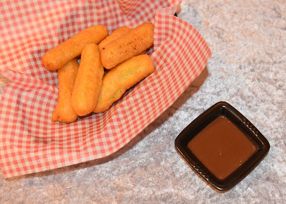 Ingredienser: 75 g Smør 2 ss Sukker 1 ts Vaniljesukker 2 ½ dl Vann 2 ½ dl Hvetemel 3 Egg Slik gjør du: 1 Kok opp vann, sukker, vaniljesukker og smør - Tilsett hvetemelet, og - Rør til deigen former seg il en ball 2 Rør inn eggene - Ett om gangen - Til en jevn og myk deig 3 Ha deigen over i en sprøytepose Gjerne med en stjerneformet tipp 4 Varm olje (180 grader) 5 Stek churrosene i oljen: - Sprøyt deigen rett i oljen Hver churros skal være ca. 10 cm lang (klipp dem med saks) - Når de er gylne ta dem opp av oljen, og (bruk en klype eller en frityrsleiv) - Legg de på tørkepapir Du må steke i flere omganger https://heidisboble.no/