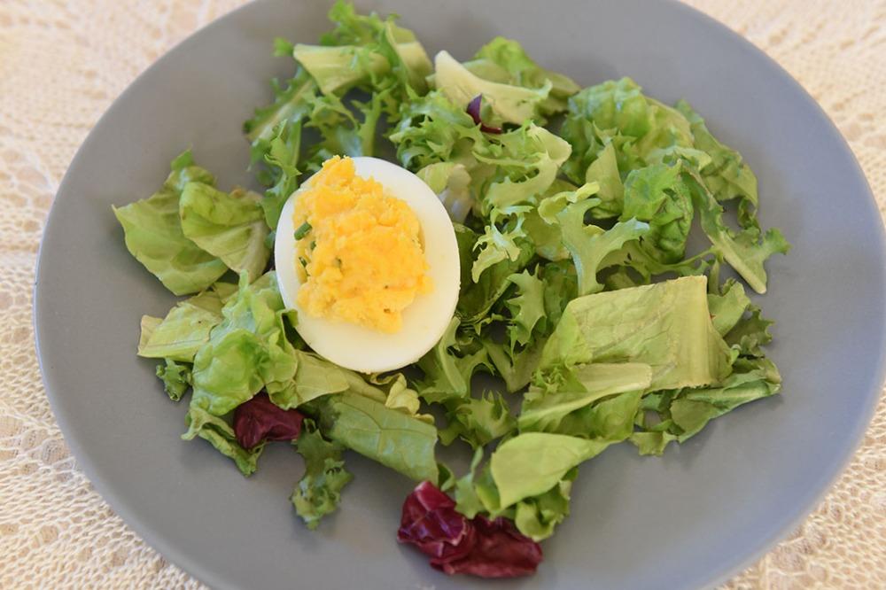 Fylte egg med ost Ingredienser: 6 Egg (hardkokte 3 ss Mancheno (eller cheddar) (revet) 2 ss Majones (eller 1 ss majones og 1 ss rømme) 1 ts Gressløk (finhakket) 1 Chili (rød - finhakket) Salt og pepper Salat til servering (valgfritt) https://heidisboble.no/