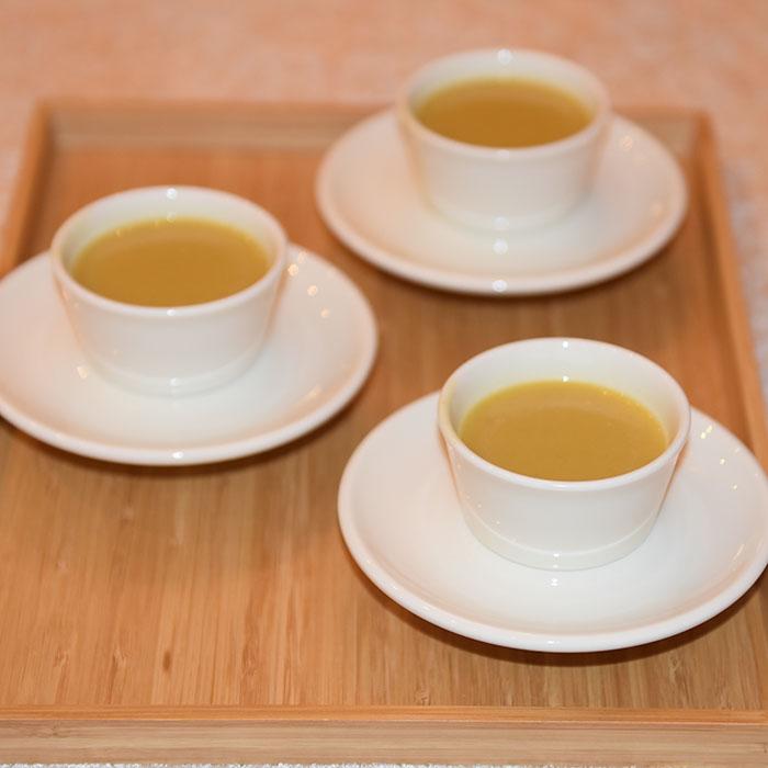 Ingefærkrydret Gresskar buljong Ingredienser: 2 ss Olje (oliven) 1 Løk (fin hakket) 750 g Gresskar (renset og i terninger) 1 ½ - 3 cm Ingefær (raspet) 1- 2 ss Rød karri pasta 400 ml Kokosmelk 7 ½ dl Grønnsaksbuljong 400 ml Kokosmelk https://heidisboble.no/