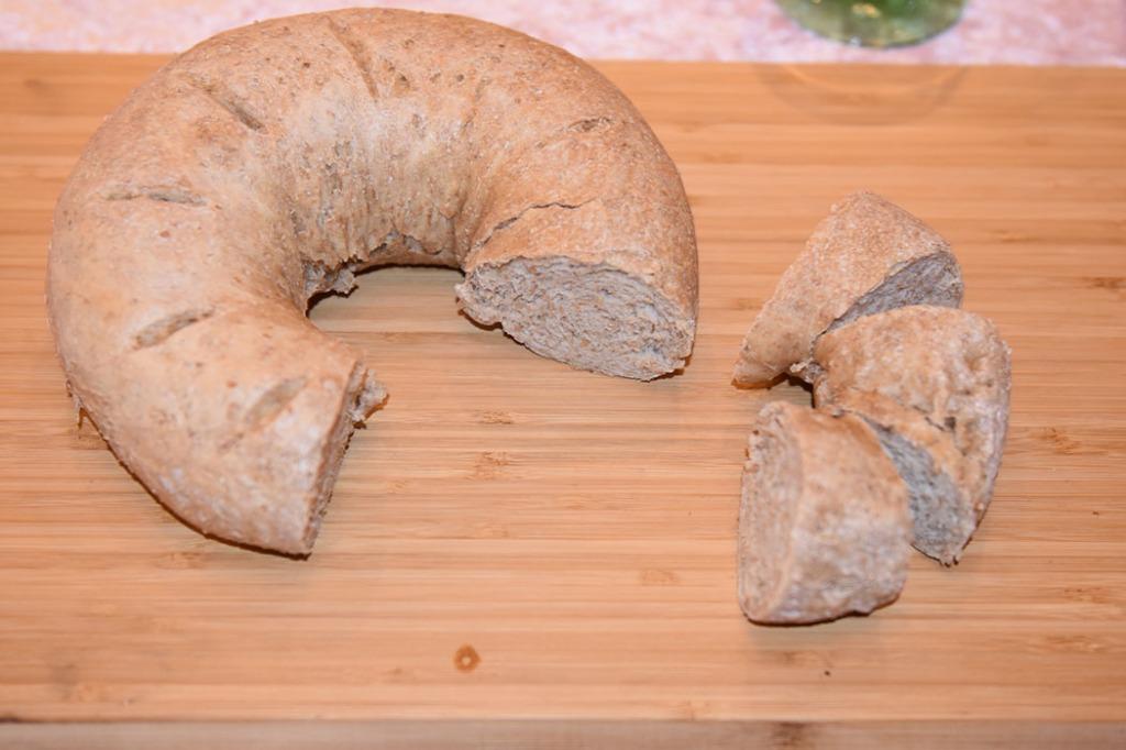 Rustikk baguettekrans (litt grovere) Ingredienser ¼ pk Gjær 3 dl Vann 1 ½ ts Salt 1 dl Sammalt hvete (grov) Ca 7 dl Hvetemel Vann (pensling) https://heidisboble.no/