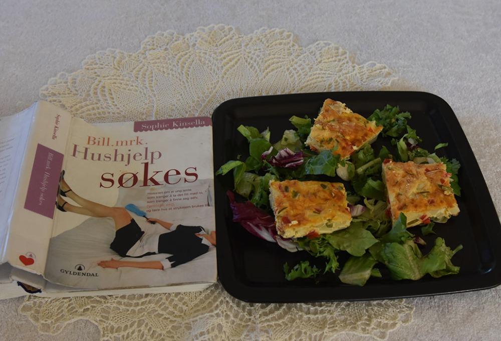 Kinsella, Sophie (2007) «Bill, mrk. Hushjelp søkes», Gyldendal OG Tortilla med paprika Ingredienser: 1 fedd Hvitløk (presset) 4 Vårløk (finhakket) 2 Paprika (1 grønn og 1 rød) 175 g Poteter (kokte) 5 Egg 1 dl Crème fraîche 175 g Roncal – spansk (eller cheddar/parmsan) Salt og pepper Salat (valgfritt) https://heidisboble.no/