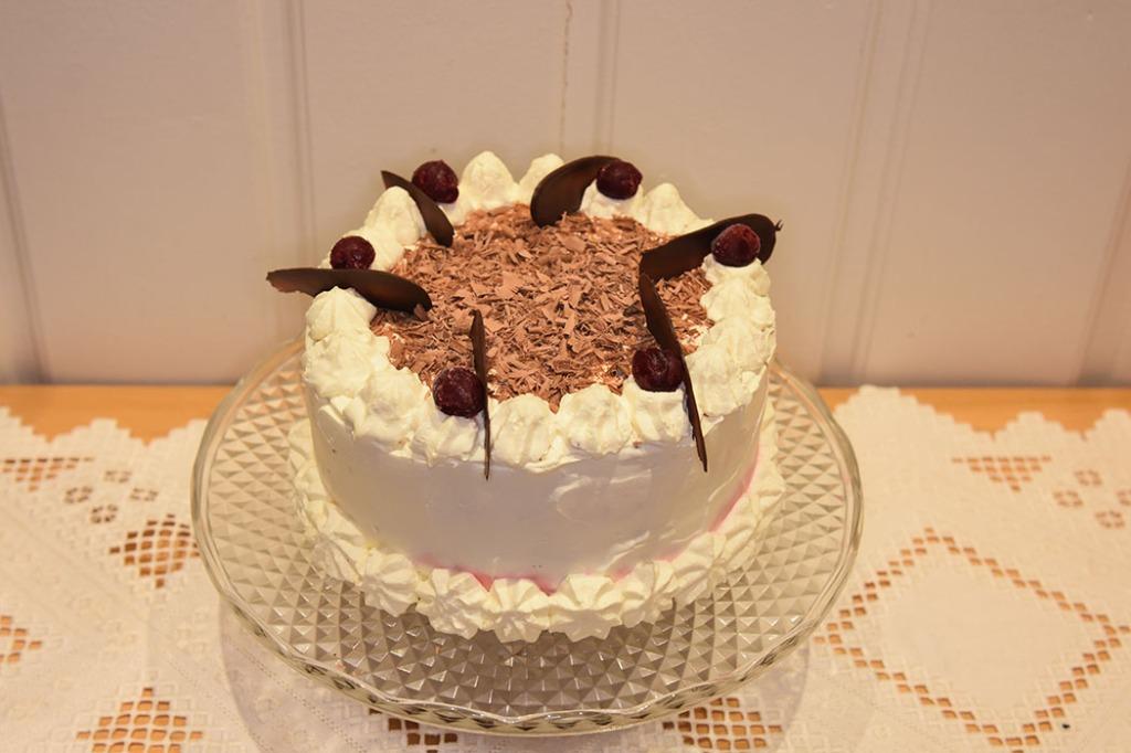 Sjokoladekake med kirsebær Ingredienser: Kakebunnen: 400 g Sukker (ca. 5 dl) 325 g Hvetemel (ca. 2 dl) 80 g Kakaopulver (ca. 2 ½ dl) 2 ts Bakepulver 2 ts Vaniljesukker 225 g Smør ½ dl Olje (nøytral) 4 Egg (romtempererte) 2 ¼ dl Melk 2 ¼ dl Kaffe (varm) Kirsebærfyll: 425 g Kirsebær 1 dl Sukker 3 dl Vann 2 ss Maisenna Topping og dekorasjon: Eller tynt lag med krem og sjokolade drypp over 100 g Kokesjokolade 8-10 Kirsebær 6 dl Kremfløte (pisket) ½ dl Sukker https://heidisboble.no/ @heidisboble