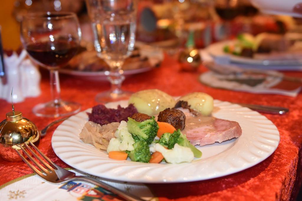 Juleskinke - griljert Ingredienser: 2 kg Juleskinke 1 Egg 2-4 ss Sennep 1 ss Sukker 1/2 ss Maisenna ½ dl Strøbrød https://heidisboble.no/ @heidisboble