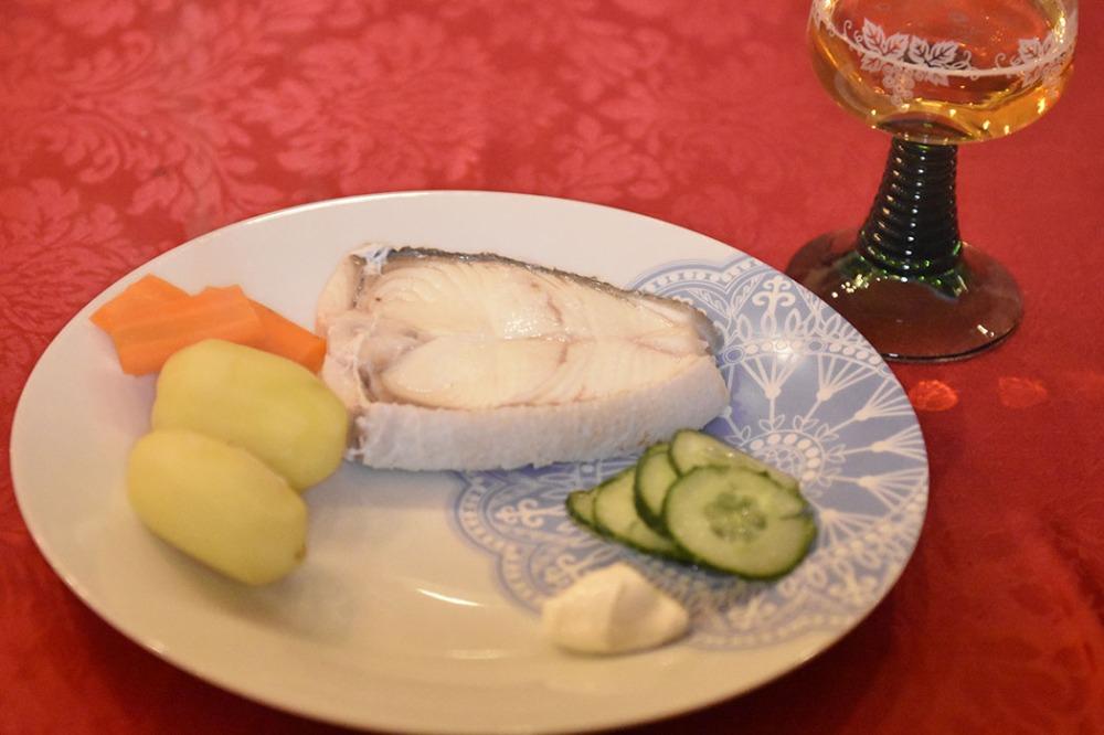 Kokt kveite med agurksalat Ingredienser: 800 g Kveite i skiver 2 liter Vann 2 dl Salt 8 - 12 Poteter 4 Gulerøtter Agurksalat Smør (smeltet) Rømme https://heidisboble.no/ @heidisboble