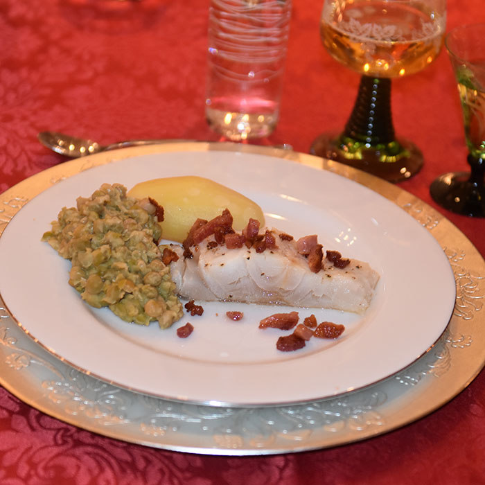 Lutefisk Ingredienser: 5 kg Lutefisk 5 ss Salt 1 ss Pepper 750 g - 1kg Bacon (i terninger) 1.5 – 2 kg Poteter Ertestuing 1 kg Erter (grønne, tørkete) 2 l Vann 1 ss Hvetemel 2 dl Fløte 200 g Smør 1 ss Salt 1 ts Pepper https://heidisboble.no/ @heidisboble