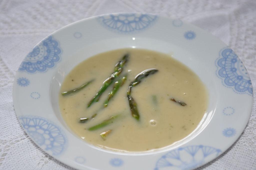 Aspargessuppe Ingredienser: 1 bunt Asparges 5 dl Grønnsakkraft (Evnt. buljong + vann) 2 ss Hvetemel ½ dl Melk ½ dl Fløte Salt, pepper https://heidisboble.no/ @heidisboble
