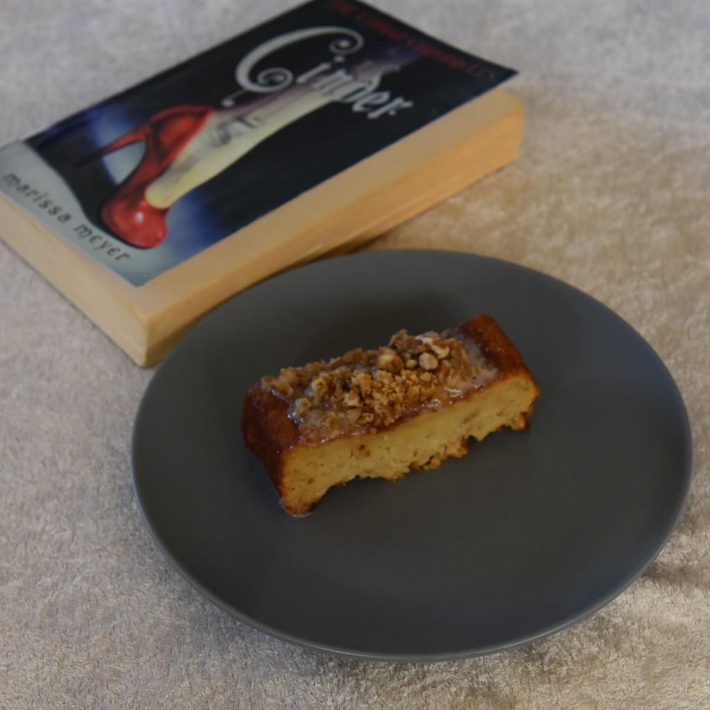 Meyer, Marissa (2017) «Cinder», Vigmostad og Bjørke Enkel eplekake med melis og nøtter Ingredienser: 120 g Margarin 120 g Sukker (brunt) 60 g Sukker (hvit) 2 Egg (store) 1 dl Melk 200 g Hvetemel 1 ts Natron 1 ts Kanel ¼ ts Muskatnøtt 4 dl Epler (raspet eller finhakket) Topping: Melis Sitron Kremost Nøtter (ristet og hakket) https://heidisboble.no/ @heidisboble