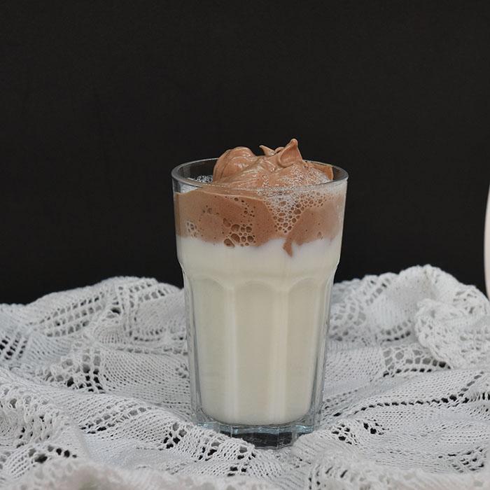Dalgona varm sjokolade Ingredienser: 1 Eggehvite 1 ss Sukker ½ ss Kakaopulver (usukret) 5 dl Melk https://heidisboble.no/ @heidisboble