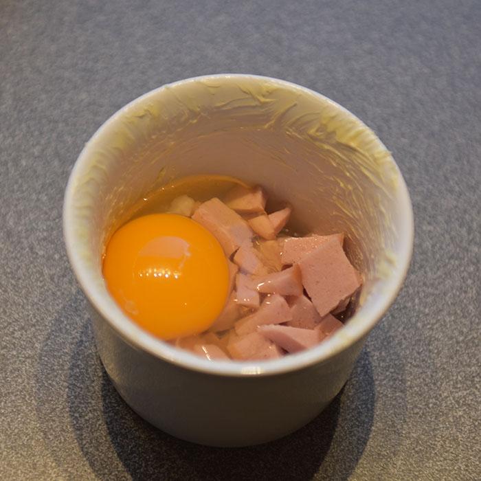 Egg i porsjonsform med pølse Ingredienser: 100 -150 g Pølse (biter) 1 ss Smør 4 Egg ½ - 1 ts Salt ¼ - ½ ts Pepper https://heidisboble.no/ @heidisboble