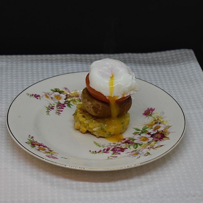 Frokoststabel med mais, sopp og egg Ingredienser: 4 Sjampinjonger (store) 4 Tomater (store, modne) Olivenolje 150 g Maiskorn 200 g Ost (hvit, revet) 2 Vårløk (hakket) 2 ss Persille (fersk, hakket) 2 ss Hvetemel 1 ts Salt Salt, pepper 6 Egg 2 ts Eddik https://heidisboble.no/ @heidisboble