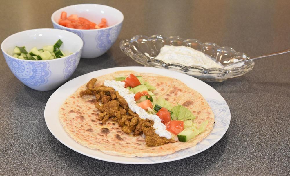 Kebab Ingredienser: 400 g Svinekjøtt (strimlet) ½ Salat ½ Agurk 2 Tomat Marinade: 2 ts Spisskummen 2 ts Koriander 1 ts Paprikapulver ½ ts Gurkemeie 1 klype Kajennepepper 1 klype Nellik 1 klype Allehånde 1 klype Kanel 2 fedd Hvitløk ½ ts Salt ¼ ts Pepper 2 ss Olje (oliven) 1-2 ss Sitronsaft Hvitløks-dressing ½ - 2 dl Yoghurt (avrent) 1 ss Sitronsaft 1 ss Dill (fersk – hakket) 2 fedd Hvitløk Kebablefser: 375 g Yoghurt (avrent) 375 g Hvetemel ½ ts Salt https://heidisboble.no/ @heidisboble