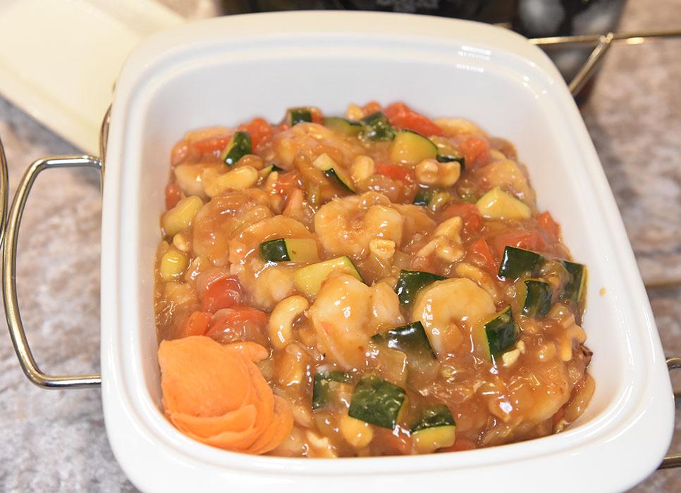 Kung Pao scampi med cashewnøtter Ingredienser: ½ ts Ingefær (raspet) 1 ts Hvitløk (presset) 1 ½ ss Maisenna ¼ ts Bakepulver Salt og pepper 450 g Reker (ukokte) 4 ss Olje 1 Løk (i skiver) 1 Paprika (skiver) 1 squash (i biter) 60 g Cashewnøtter Saus: 2 dl Kyllingkraft 1 ss Maisenna 2 ts Chilisaus 2 ts Bønnepasta 2 ts Sesamolje 1 ss Risvin eller sherry https://heidisboble.no/ @heidisboble