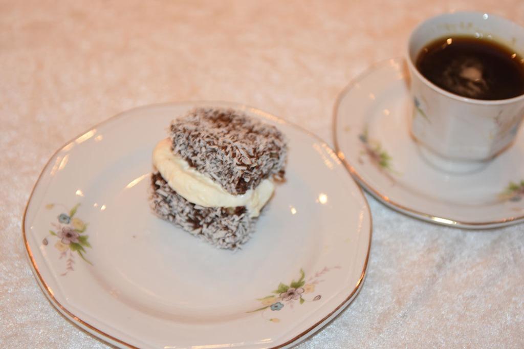 Lamingtons med krem og syltetøy Ingredienser: Kakebunn:: 50 g Smør 1 ¾ dl Sukker 2 ½ dl Hvetemel 3 Egg 2 ts Bakepulver Glasur og pynt: 500 g Melis 2 ss Kakaopulver 6-8 ss Vann (varmt) 500 g Kokos Fyll: Kremfløte (pisket) Syltetøy (Bringebær) https://heidisboble.no/ @heidisboble