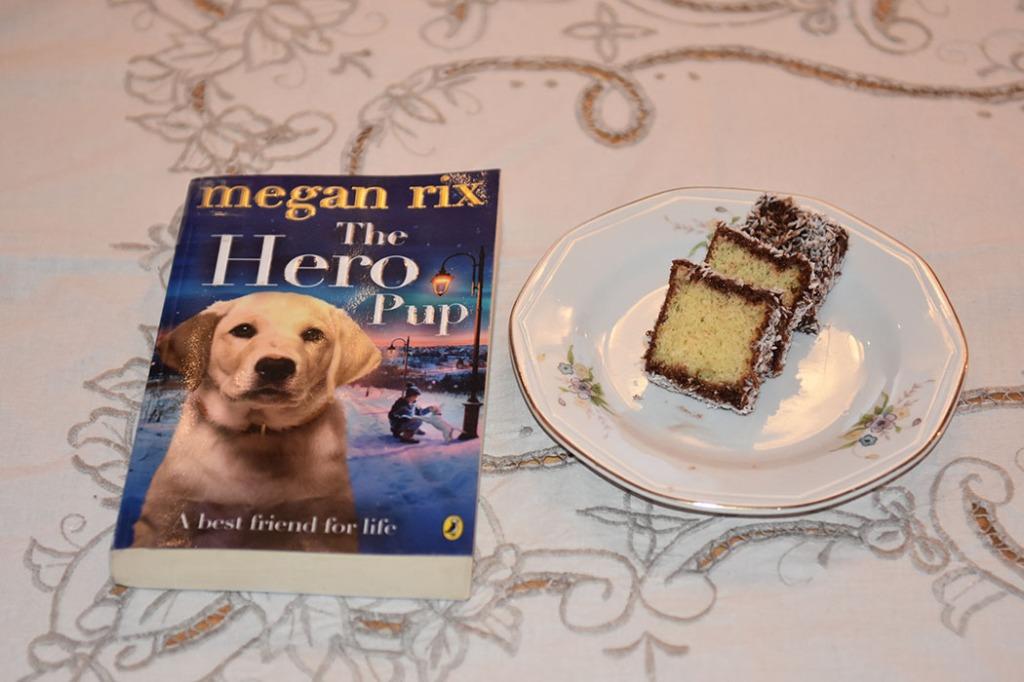 Rix, Megan (2014) «The Hero Pup», Puffin OG Lamingtons Ingredienser: Kakebunn:: 50 g Smør 1 ¾ dl Sukker 2 ½ dl Hvetemel 3 Egg 2 ts Bakepulver Glasur og pynt: 500 g Melis 2 ss Kakaopulver 6-8 ss Vann (varmt) 500 g Kokos https://heidisboble.no/ @heidisboble