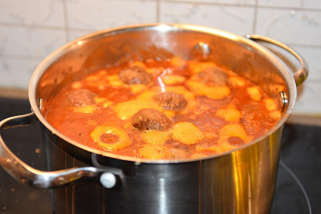 Spanske kjøttboller Ingredienser: Kjøttboller 300 g Karbonadedeig 3 fedd Hvitløk 1 dl Tørket brød (raspet) 1 ts Korinader 1 ts Muskatt 1 ts Spiskummen 1 klype Kanel 1 Egg 2 ss Olivenolje Tomatsaus 1 ss Olje (oliven) 1 Løk (finhakket) 2 fedd Hvitløk 1 ½ dl Hvitvin (tørr) 400 g Tomater (hermetiske) 1 ss Tomatpure 1 ½ dl Buljong (kylling) ½ ts Kajennepepper https://heidisboble.no/ @heidisboble