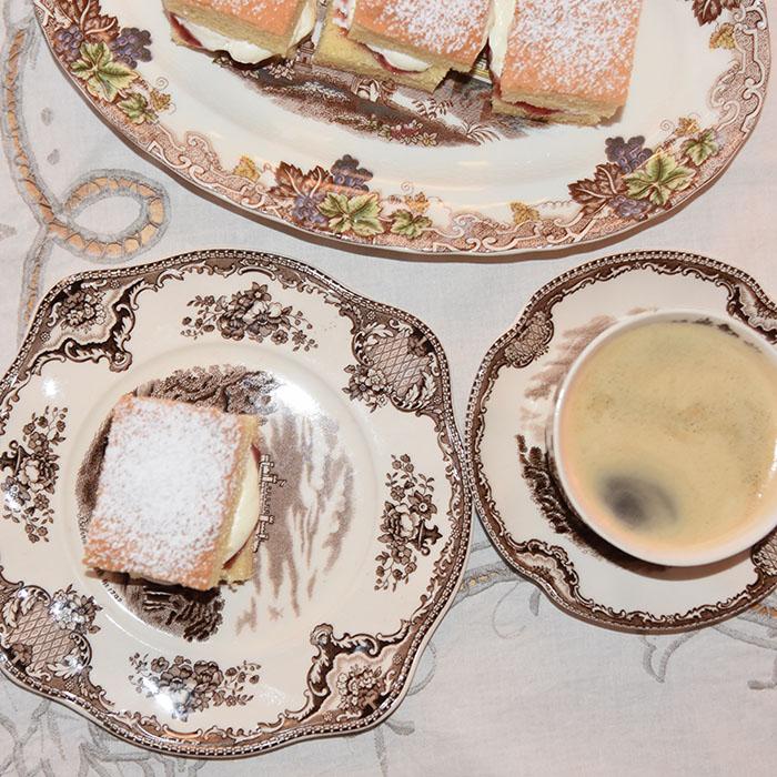 Sukkerbrød som alltid lykkes Ingredienser: 50 g Smør 1 ¾ dl Sukker 2 ½ dl Hvetemel 3 Egg 2 ts Bakepulver Fyll og topping Syltetøy Krem melis https://heidisboble.no/ @heidisboble
