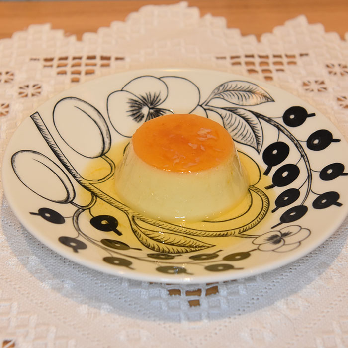 Flan – Spansk karamellpudding Ingredienser: 5 dl H-melk ½ Appelsin (skall og saft) 1 ts Vaniljesukker 175 g Sukker Smør (til formen) 3 Egg 2 Eggeplommer https://heidisboble.no/ @heidisboble