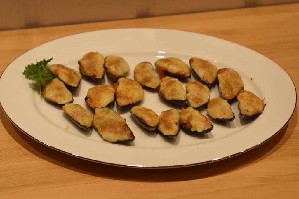 Fylte blåskjell Ingredienser: 18 Blåskjell 2 ts Olje (oliven) 2 Vårløk (finhakkete) 1 fedd Hvitløk (finhakket) 1 ss Tomatpure 2 ts Sitronsaft (presset) Bladpersille (hakket) 1 ½ dl Brødrasp 2 Egg (sammenvispet) Saus: 2 ss Smør 1 ½ ss Hvetemel 2 ss Melk 1 dl Blåskjellkraft (fra koking av blåskjellene) Salt og pepper (hvit) https://heidisboble.no/ @heidisboble