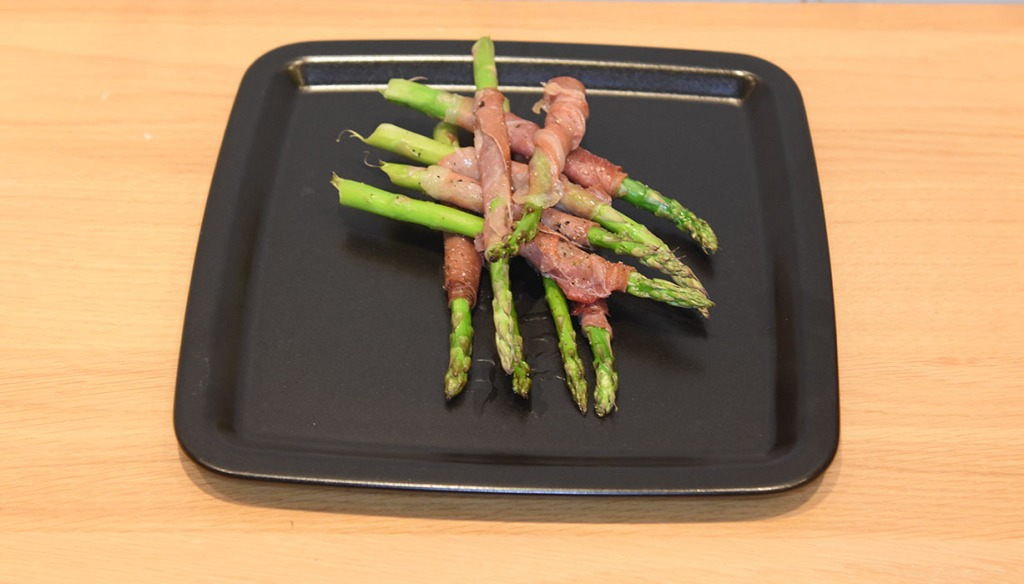 Asparges med spekeskinke Ingredienser: 2 ss Olje (oliven) 6 skiver Spekeskinke (serrano) 12 Asparges (grønne) Pepper https://heidisboble.no/ @heidisboble
