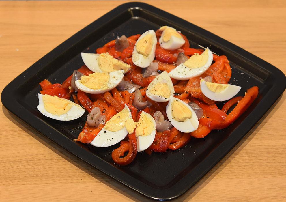 Grillet paprikasalat – ensalada de pimientos Ingredienser: 3 Paprika (røde, grillet og flådd) 2 Egg (hardkokte) 6 Ansjosfilleter i olje (avsilte) 12 Svorte oliven Olje (oliven) Eddik (hvitvin) Pepper https://heidisboble.no/ @heidisboble