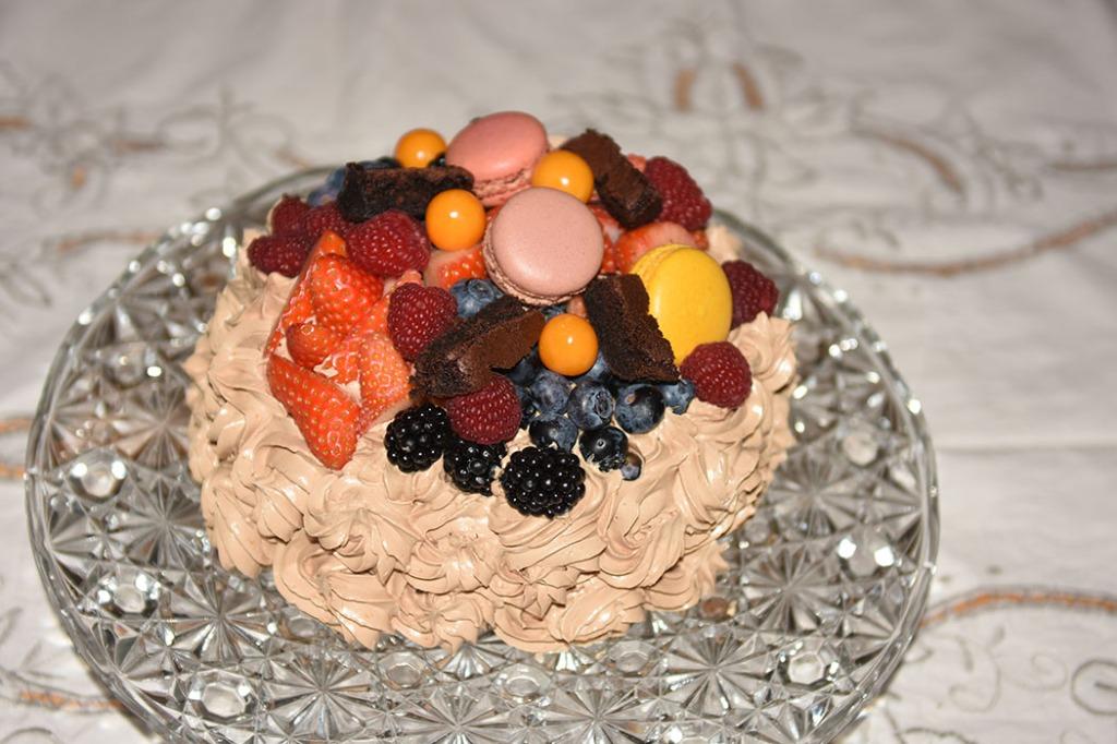 Idas Sjokoladekake med friske bær Ingredienser: Kakebunnen: 400 g Sukker (ca. 5 dl) 325 g Hvetemel (ca. 2 dl) 80 g Kakaopulver (ca. 2 ½ dl) 2 ts Bakepulver 2 ts Vaniljesukker 225 g Smør ½ dl Olje (nøytral) 4 Egg (romtempererte) 2 ¼ dl Melk 2 ¼ dl Kaffe (varm) Jordbærmousse: 500 g Jordbær (frosne) 6 pl Gelatin 3 ss Vann (kokende) 3 ss Sitron 3 dl Fløte 3 Egg 6 – 9 ss Sukker (ca. 1 dl) Pynt: 4 ss Smør 300 g Melis 1 ss Kakao 1 ts Vaniljesukker 3 ss Kaffe (sterk) Topping og dekorasjon: Bær (blandete) https://heidisboble.no/ @heidisboble