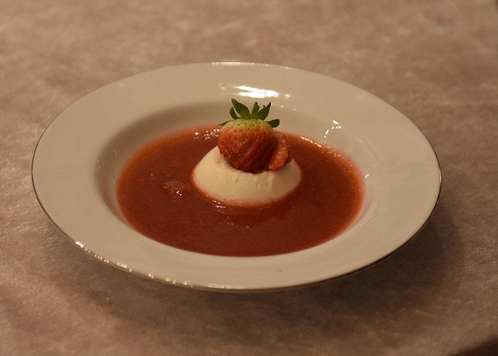 Jordbærsuppe med pannacotta Ingredienser: 500 g Jordbær (frosne) 1 Eple (skrelt og skjært i biter) 1 ss Sitronsaft 2 ½ dl Vann 1 ss Honning Pynt: Jordbær (ferske) Krem (pisket) Pannacotta plain Ingredienser: 3 plater Gelatin 2 ½ dl Melk 2 ½ dl Kremfløte 1 ss Vaniljesukker (eller ½ vaniljestang) 25 g Sukker https://heidisboble.no/ @heidisboble