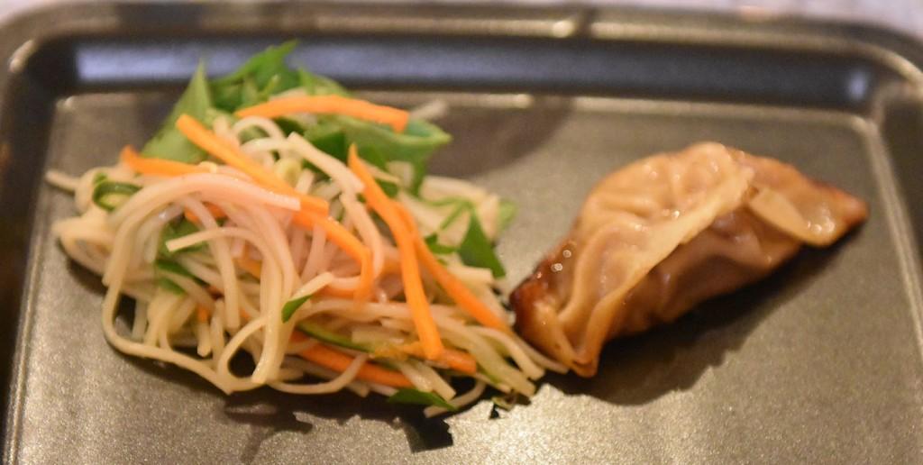 Kinesiske Dumplings med svinekjøtt og soyasaus Ingredienser: 400 g Kjøttdeig av svin 4 ss Soyasaus 1 ½ ts Ingefær (revet) 1 fedd Hvitløk (presset) 1 ½ ts Sesamolje 1 ss Sukker (brunt) 1 ½ ts Fiskesaus (fishsauce) 1 ts Bønnepasta 1 pk Goyzaark Dippingsaus: 4 ss Soyasaus 4 ss Risvineddik 4 ss Sukker Lime, chili hvitløk (brunsukker?) https://heidisboble.no/ @heidisboble