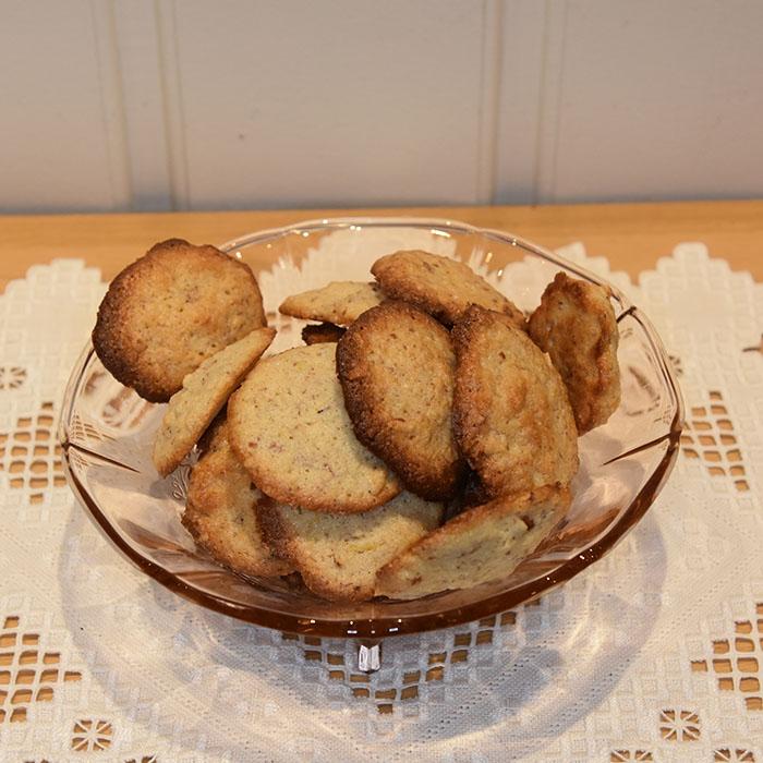 Mandelkjeks - Galletas de almendras Ingredienser: 75 g Smør (romtemperert) 75 g Sukker 60 g Hvetemel 10 g Mandler (malte) 40 g Finhakket 1 klype Salt (valgfritt) ½ Sitron (skall, fin raspet) 2 Eggehviter https://heidisboble.no/ @heidisboble