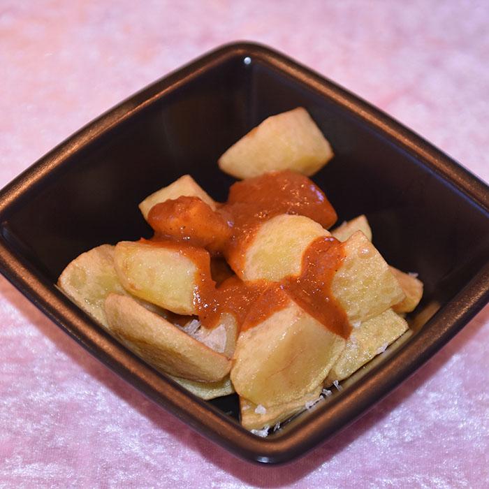 Patatas bravas Ingredienser: I kg Poteter Olje (oliven) Salt Salsa brava (Barva saus): 4 ss Olje (Oliven) 5 fedd Hvitløk 1 ss Hvetemel 1 ss Paprika 1 Paprika 2 ½ dl Kylling buljong 1 bx Tomater (hermetiske, hakkete) Salt https://heidisboble.no/ @heidisboble