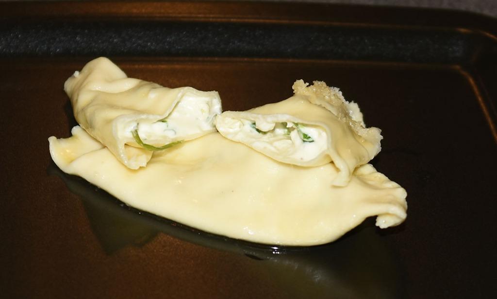 Grande Ravioli a spiga fylt med ost, løk og gressløk Ingredienser: 1 porsjon Pasta – for oppskrift – trykk HER Fyll 200 g Kremost 4-5 ss Kremfløte 2 Sjalottløk (finhakket) 1 fedd Hvitløk (finhakket) - valgfritt 1 bunt Gressløk (finhakket) ¼ ts Pepper (nykvernet) 1 Egg (sammenvispet) Saus: 100 g Smør (smeltet) 50 g Parmesan Pepper (nykvernet) https://heidisboble.no/ @heidisboble