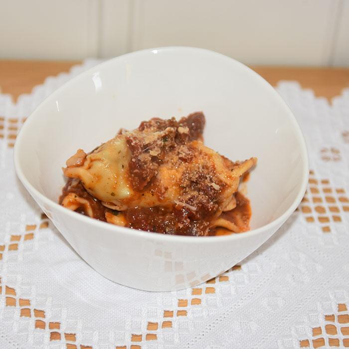 Grande Ravioli a spiga fylt med ost, løk og gressløk i tomatsaus Ingredienser: 1 porsjon Pasta – for oppskrift – trykk HER Fyll 200 g Kremost 4-5 ss Kremfløte 2 Sjalottløk (finhakket) 1 fedd Hvitløk (finhakket) - valgfritt 1 bunt Gressløk (finhakket) ¼ ts Pepper (nykvernet) 1 Egg (sammenvispet) Tomatsaus: 1 ss Olje 1 ss Smør ½ Løk (liten) 1 Gulrot (liten) 1 stilk Stangselleri 2 fedd Hvitløk ¼ Chili (rød, uten frø) 6 Tomat (flodde) eller 1 bx hermetiske 3 dl Grønsakskraft (buljong) ½ Paprika 1 ss Persille (hakket) 1 ts Paprikapulver ¼ ts Sukker Salt, pepper https://heidisboble.no/ @heidisboble