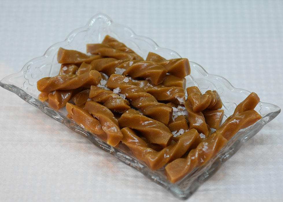 Salte karameller Ingredienser: 50 g Smør 3 dl Kremfløte 2 dl Strøsukker 1 dl Sirup (lys) 1 ss Vaniljesukker 1 knivsodd Salt Flaksalt https://heidisboble.no/ @heidisboble