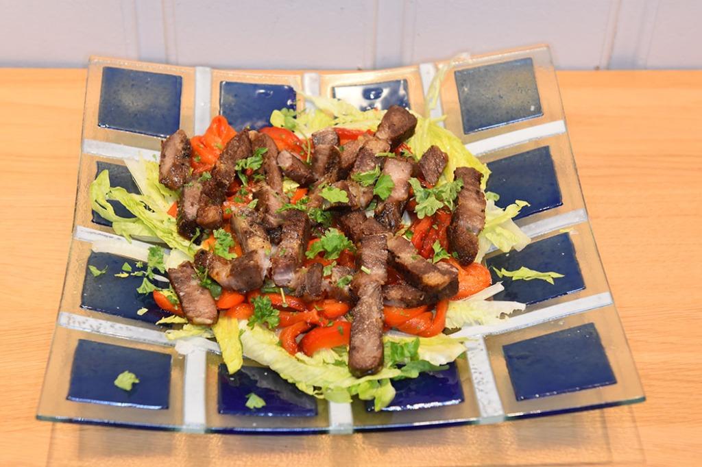 Stekt svinekjøtt på hjertesalat Ingredienser: 1 kg Svinenakke Salt, pepper 2 fedd Hvitløk (i skallet sitt) 1 glass Piquillos, (små spanke paprikaer) 1 Hjertesalat (finstrimlet) ½ Sitron (saft) Olivenolje https://heidisboble.no/ @heidisboble