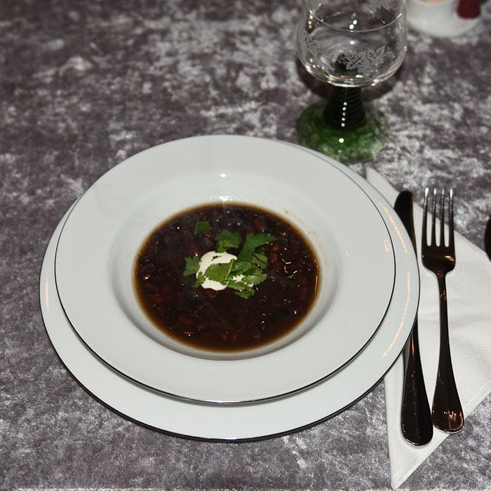 Bønnesuppe på skinke- og Colakraft Ingredienser: 500 g Svarte bønner Cola- og skinkekraft 1 Lime (saft) 3 ts Spisskummen (malt) 3 ts Koriander (malt) Topping: Rømme Koriander (frisk, Hakket) Limebåter https://heidisboble.no/ @heidisboble