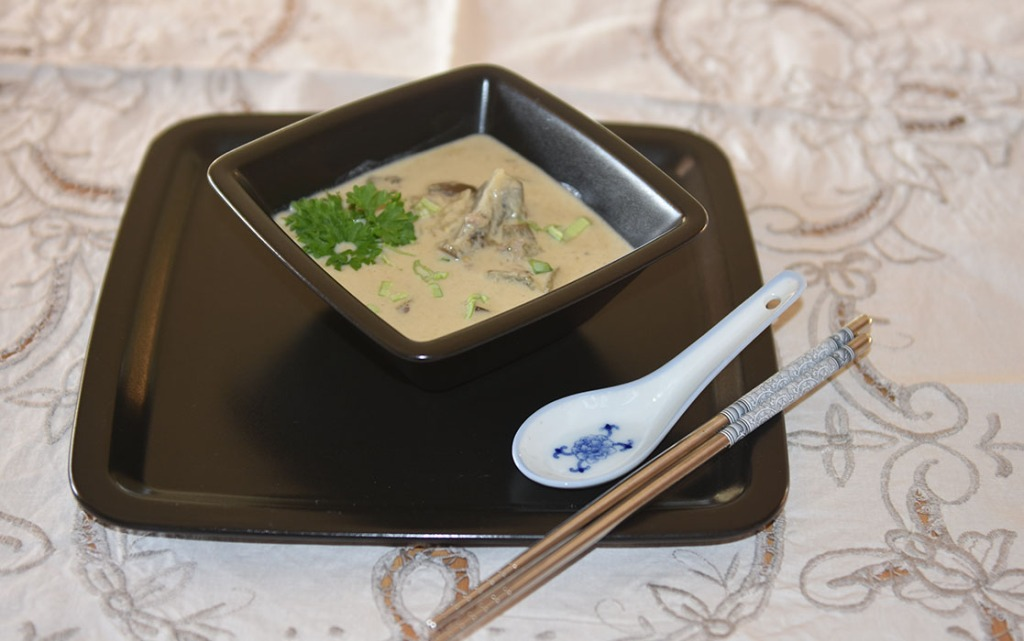 Thailandsk suppe med grønn karri og squash Ingredienser: 1 ss Olje 3 fedd Hvitløk (hakket) 1 Løk (hakket) 3 ss Grønn karri pasta (green curry paste) 1 ss Ingefær (raspet) 1 bx Kokosmelk 3 ½ dl Buljong (grønnsak) 1 Squash/ Mini-auberginer 2 ss Limesaft (presset) Vårløk (Hakket) Salt, pepper https://heidisboble.no/ @heidisboble
