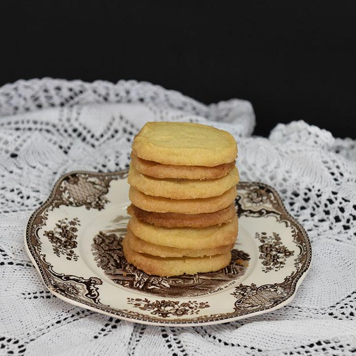 Vaniljekjeks Ingredienser 4 ½ dl Hvetemel 1 dl Sukker 2 ts Vaniljesukker 200 g Margarin (kalde biter) https://heidisboble.no/ @heidisboble