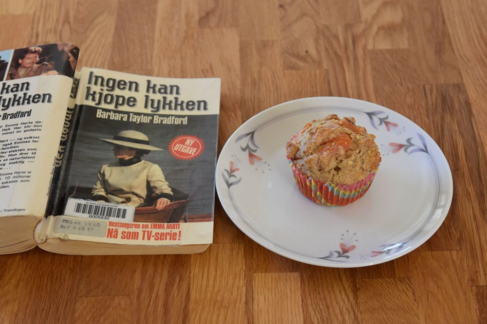 Bradford, Barbara Taylor (1986) «Ingen kan kjøpe lykken», Bladkompaniet OG Grove muffins med tomat, rødløk, ost (og skinke) Ingredienser: 1 dl Hvetemel 2 dl Sammalt hvete (grov) 1 dl Havregryn (lettkokte) 1 ts Salt 2 ts Bakepulver 1 ½ dl Melk ½ dl Rømme 1 Egg 1 Rødløk (Hakket) 2 Tomater (i terninger) 75 g Ost (revet) 50 g Skinke (i biter) https://heidisboble.no/ @heidisboble