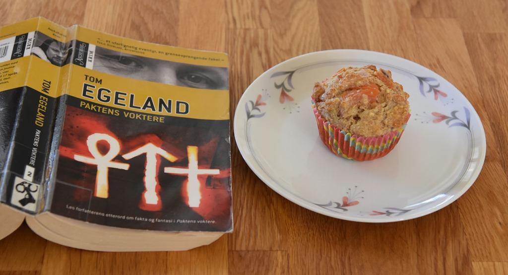Egeland, Tom (2007) «Paktens voktere», Aschehoug & co OG Grove muffins med tomat, rødløk, ost (og skinke) Ingredienser: 1 dl Hvetemel 2 dl Sammalt hvete (grov) 1 dl Havregryn (lettkokte) 1 ts Salt 2 ts Bakepulver 1 ½ dl Melk ½ dl Rømme 1 Egg 1 Rødløk (Hakket) 2 Tomater (i terninger) 75 g Ost (revet) 50 g Skinke (i biter) https://heidisboble.no/ @heidisboble