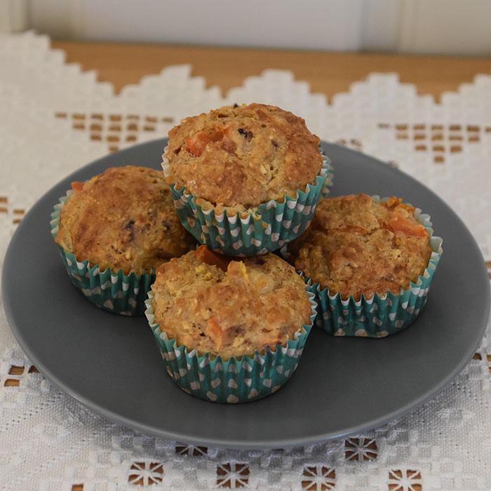 Grove muffins med tomat, rødløk og ost Ingredienser: 1 dl Hvetemel 2 dl Sammalt hvete (grov) 1 dl Havregryn (lettkokte) 1 ts Salt 2 ts Bakepulver 1 ½ dl Melk ½ dl Rømme 1 Egg 1 Rødløk (Hakket) 2 Tomater (i terninger) 75 g Ost (revet) https://heidisboble.no/ @heidisboble