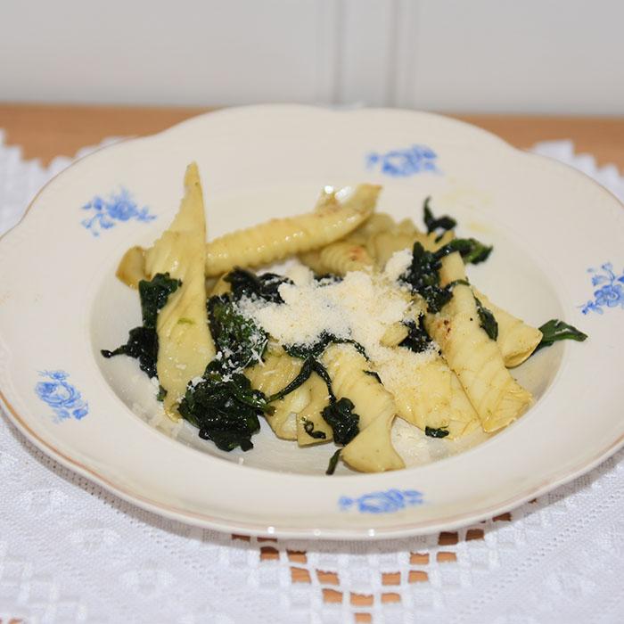 Garganelli med smør Ingredienser 500 g mel 5 egg olje spinat salt pepper muskatt Pinjenøtter (valgfritt) parmesan (valgfritt) https://heidisboble.no/ @heidisboble