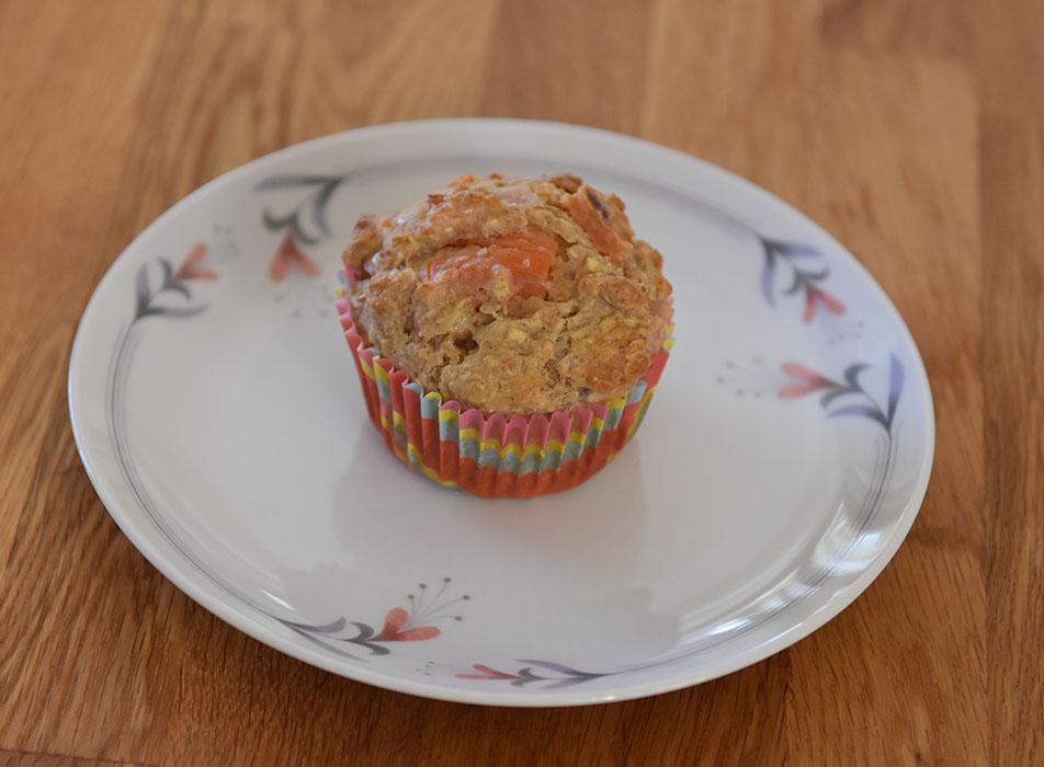Grove muffins med tomat, rødløk, ost (og skinke) Ingredienser: 1 dl Hvetemel 2 dl Sammalt hvete (grov) 1 dl Havregryn (lettkokte) 1 ts Salt 2 ts Bakepulver 1 ½ dl Melk ½ dl Rømme 1 Egg 1 Rødløk (Hakket) 2 Tomater (i terninger) 75 g Ost (revet) 50 g Skinke (i biter) https://heidisboble.no/ @heidisboble