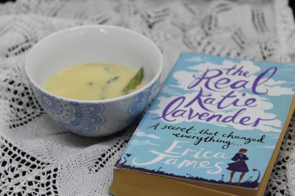 James, Erica (2012) «The real Katie Lavender», Orion Books Ltd OG Aspargessuppe Ingredienser: 1 bunt Asparges 5 dl Grønnsakkraft (Evnt. buljong + vann) 2 ss Hvetemel ½ dl Melk ½ dl Fløte Salt, pepper https://heidisboble.no/ @heidisboble