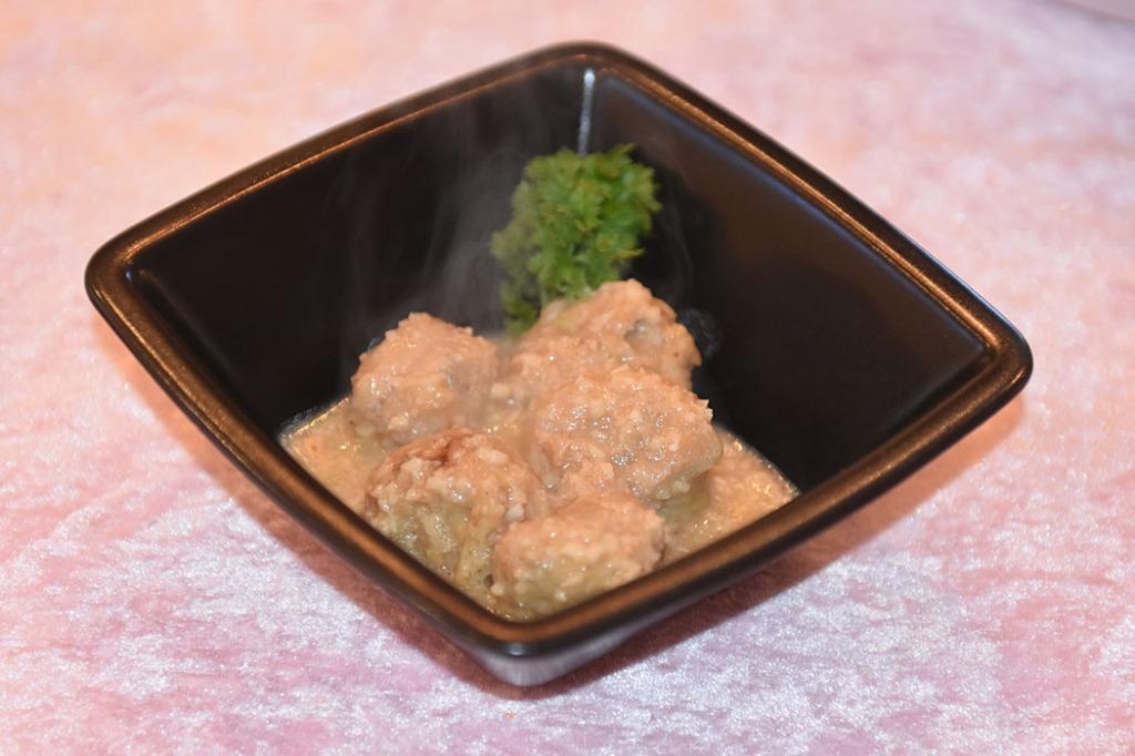 Kjøttboller i mandelsaus Ingredienser: Kjøttboller: 55 g Brød (lyst) 3 ss Vann 450 g Kjøttdeig (svin, mager) 1 Løk (finhakket) 1 fedd Hvitløk (presset) 2 ss Persille (hakket) 1 Egg Muskat, salt og pepoer Hvetemel 2 ss Olje (oliven) Sitron (presset) Mandelsaus: 2 ss Olje 25 g Brød (lyst) 115 g Mandler (forvelte) 2 Hvitløkskløfter (finhakket) 1 ½ dl Hvitvin tørr 4 ½ dl Grønnsaksbuljong Salt og pepper https://heidisboble.no/ @heidisboble