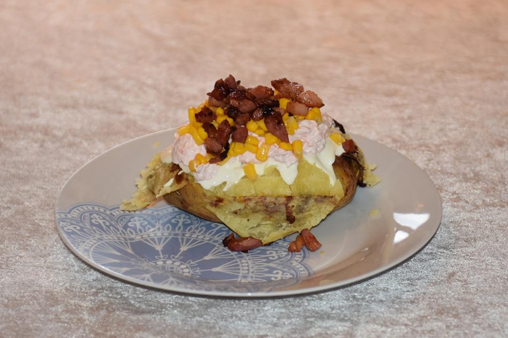 Bakt potet fylt med rømme, rekesalat, mais og bacon Ingredienser: 4 Bakepoteter (eller store) Fyll: Valgfritt Rømme Rekesalat Mais (hermetisk) Bacon (Sprøstekt) https://heidisboble.no/ @heidisboble