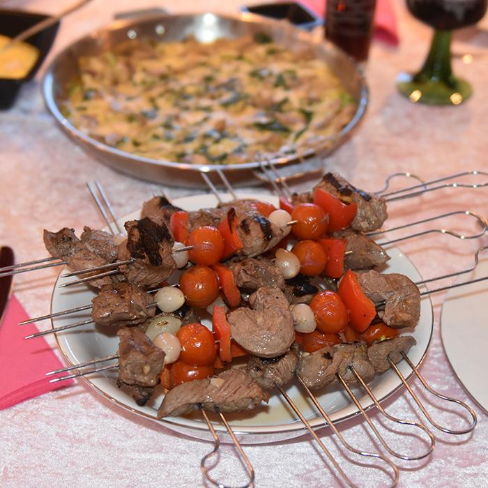 Biff, tomat og paprika på spyd Ingredienser: 3 ss Vin (hvit) 2 ss Olje (oliven) 3 fedd Hvitløk (finhakket) 1 Appelsin (hakket) 450 g Roastbiff (skjært i terninger) 450 g Sølvløk 2 Paprika (oransje – i biter) 225 g Cherrytomater Salt og pepper Grillspyd https://heidisboble.no/ @heidisboble
