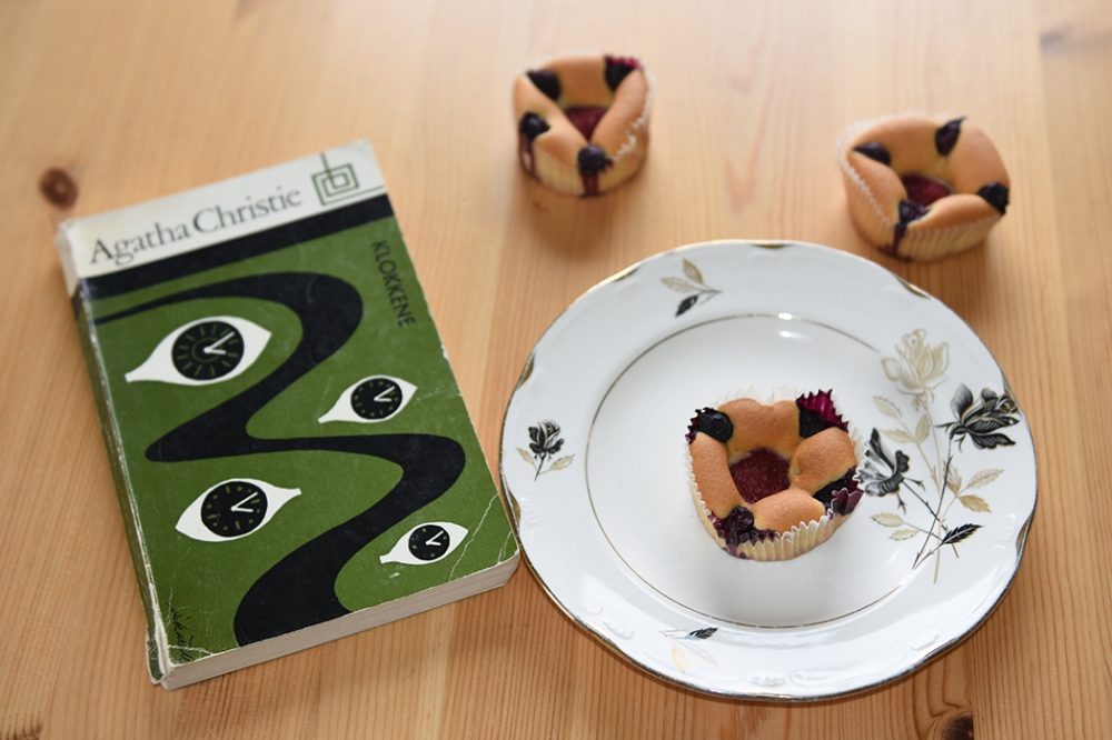 Christie, Agatha (1975) «Klokkene», Aschehoug Muffins med rømme i deigen Ingredienser: 200 g Smør (romtemperert) 2 dl Sukker 4 Egg (romtemperert) 5 dl Hvetemel 1 ts Bakepulver 2 ½ dl Rømme (lett) Blåbær https://heidisboble.no/ @heidisboble