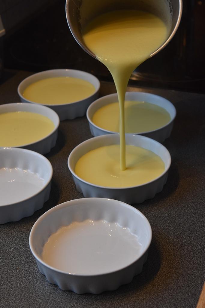 Crema catalana Ingredienser: 10 dl H-melk 8 Eggeplommer 100 g Sukker 20 g Maisenna Kanelstang, appelsinskall (sitronskall) Sukker https://heidisboble.no/ @heidisboble
