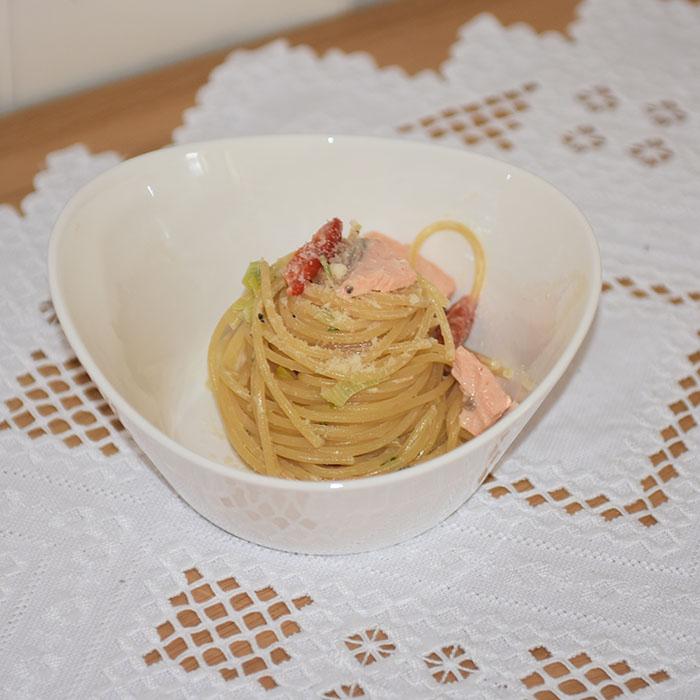 Pasta med laks og fløte Ingredienser: 400 g Spagetti 3 ss Smør 150 g Parmesan (nyrevet) 3 dl Fløte (kremfløte) ½ Paprika (i biter) ¼ Purre (skivet) 100 g Lask (i biter) 3 ss Persille (hakket) https://heidisboble.no/ @heidisboble