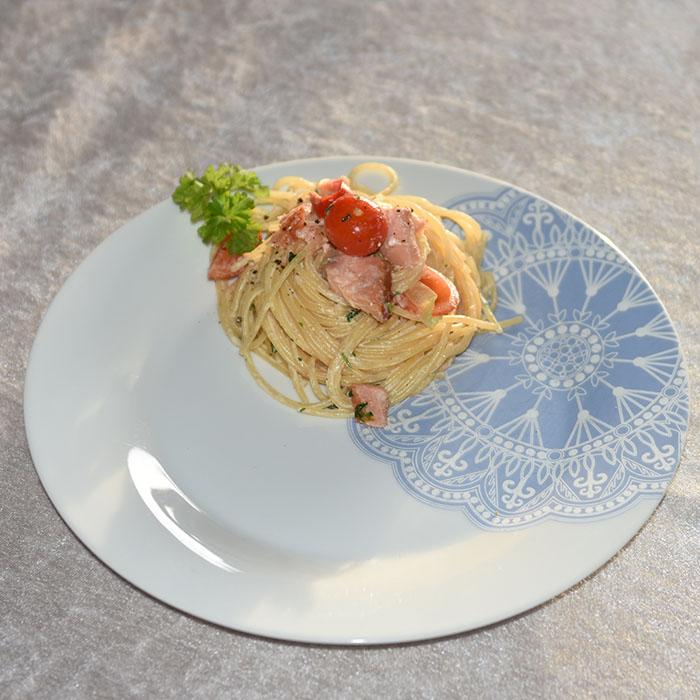 Pasta med røkt laks og fløte Ingredienser: 400 g Spagetti 3 ss Smør 150 g Parmesan (nyrevet) 3 dl Fløte (kremfløte) ½ Paprika (i biter) ¼ Purre (skivet) 8 Cherry tomater 100 g Laks (i biter) 3 ss Persille (hakket) https://heidisboble.no/ @heidisboble